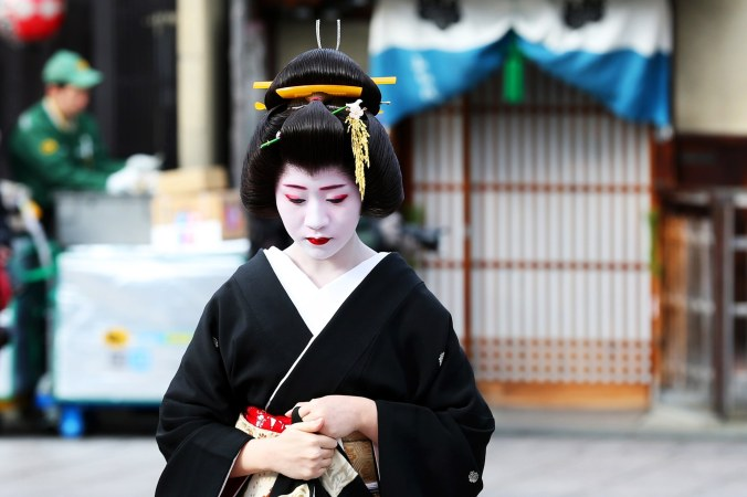 00-holding-kyoto-japan-geisha-geiko-maiko.jpg